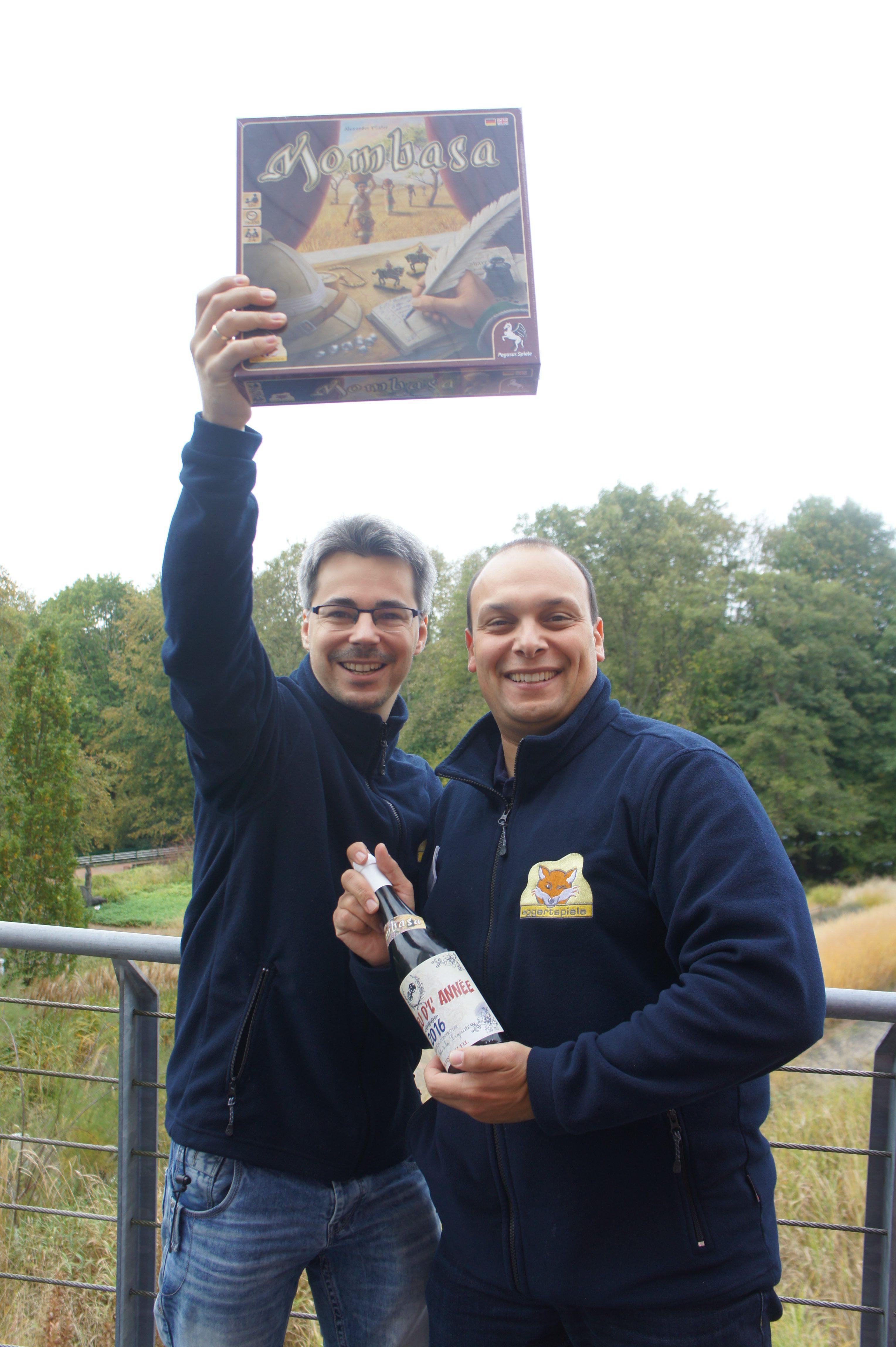 De game designer et le co-patron d'Eggertspiele en compagnie d'un magnifique jeu et d'une non moins magnifique bouteille!