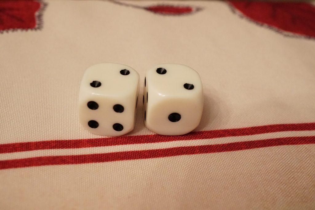 Ouf, il fait 4. Il n'y arrive pas! Sauf qu'il a fait un double... Quand on fait un double, on peut relancer les 2 dés ajouter le résultat à son premier lancer...