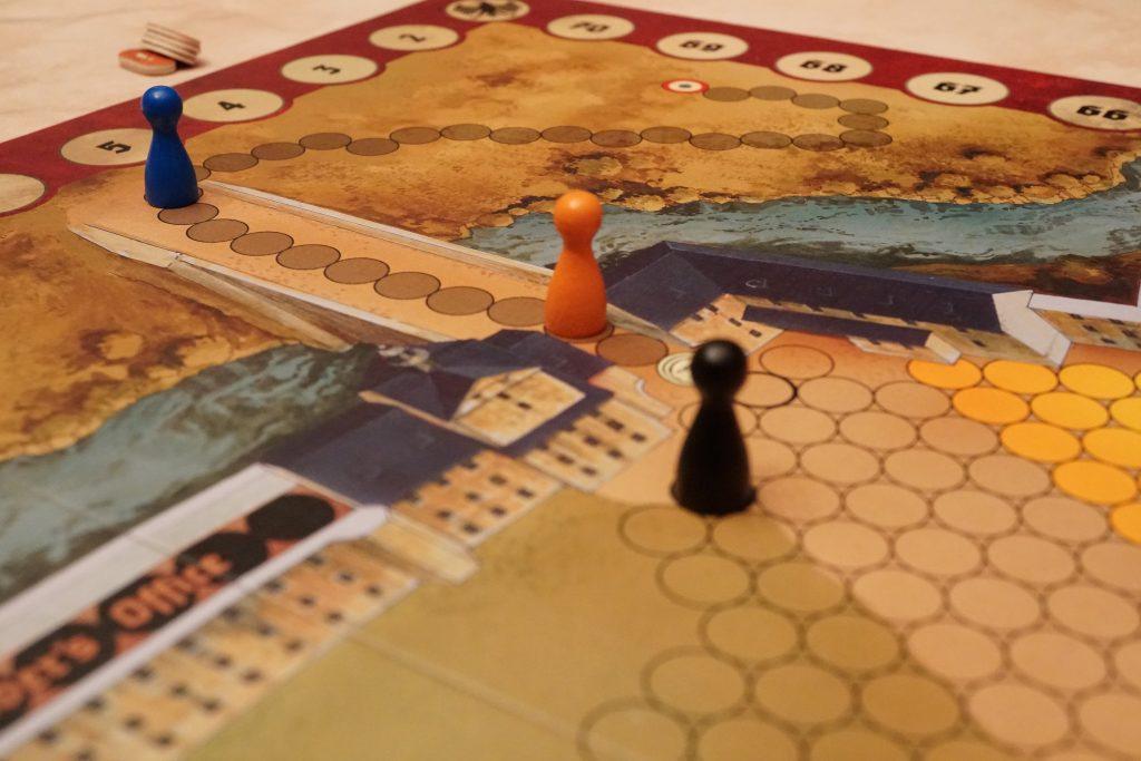 Nouvelle tentative d'évasion du prisonnier bleu qui a réussi à se dégoter un pass pour pouvoir emprunter le pont. Et il va vite le bigre. Il est déjà loin. Et attention, un autre évadé de sa nationalité est proche également de quitter l'enceinte. Va-t-il réussir l'exploit de quitter à deux Colditz? Rien n'est moins sûr car l'Allemand a des cartes en main qui pourraient l'aider à le rattraper. C'est alors qu'Orange joue les héros et arrive à se dégoter un pass pour, lui aussi, emprunter le pont. Il risque aussi de se faire avoir mais empêche l'Allemand d'atteindre le bleu car l'Allemand est forcé d'arrêter d'abord orange avant bleu et son pion noir retourne dans ce cas dans la caserne. Cet acte de bravoure d'Orange est tout à son honneur et sera certainement cité en exemple après la guerre car il offre la victoire à bleu.
