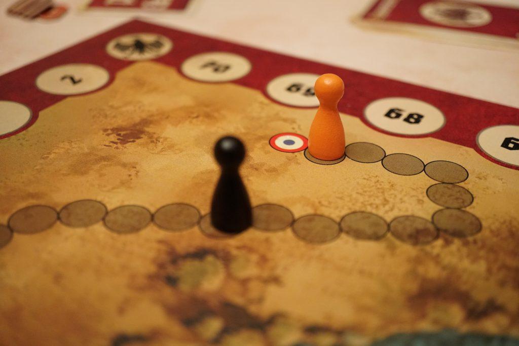 Finalement, l'Allemand n'aura réussi à rattraper aucun des 2 et organge termine à 1 point de dé de l'objectif pour pouvoir s'enfuir à la fin du jeu. Il n'aura donc même pas pu goûter à la liberté.