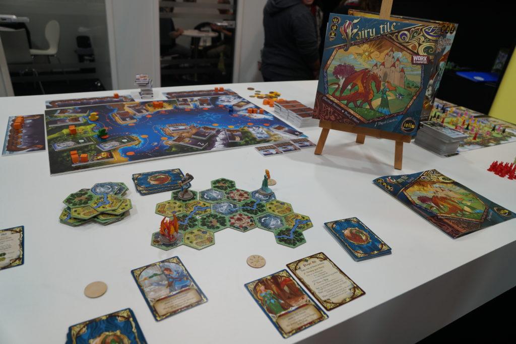 Robin nous fait découvrir les jeux Iello qui sortiront dans les prochains mois. Ici Fairy Tile qui est un jeu familial qui mêle narration de conte de fée et jeux d'objectifs à la Takenoko.