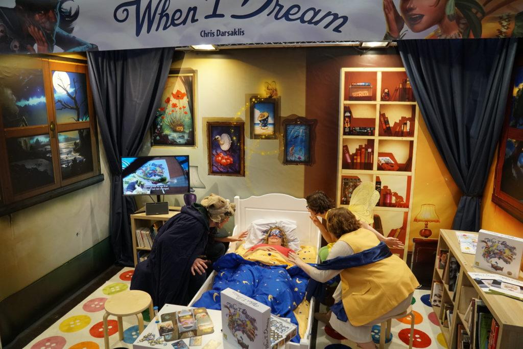 When I Dream est clairement une des meilleurs campagnes marketing du salon. Ici le lit avec sa rêveuse, ses rêves à droite et son cauchemar à gauche.