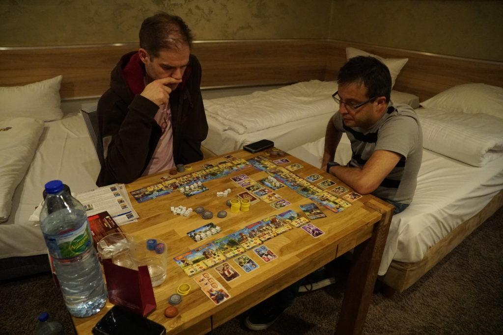 La table de notre aprat-hôtel n'était pas hyper grande pour pouvoir tous y jouer. Ici Ren & Dan autour de Majesty.