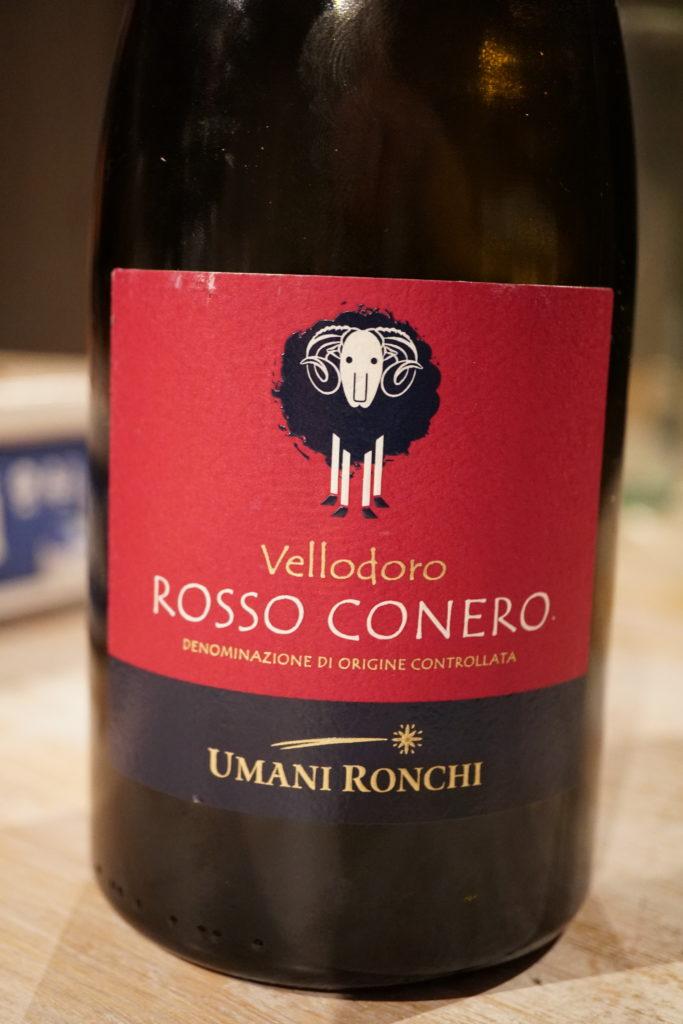 Un vin assez léger qui accompagne parfaitement Santorini (évitez les vins Grecs ;-) )