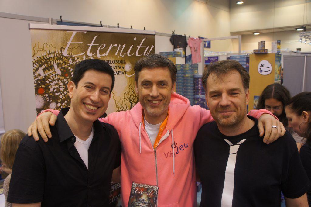 Philrey, bras dessus bras dessous avec les 2 auteurs d'Eternity