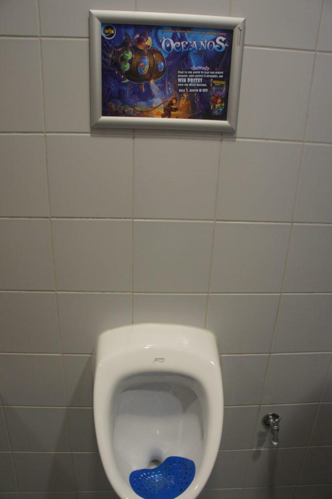 J'aime autant vous dire que les gens se demandaiient quoi quand ils me voyaient avec mon appareil photo dans les urinoirs :-)