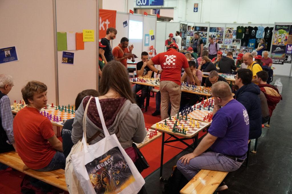 Et un tournoi d'échecs, un! Un gars affronte une douzaine d'opposants en une fois et avait déjà remporté 4 parties contre aucune perdue au moment où on l'a vu. Chapeau!