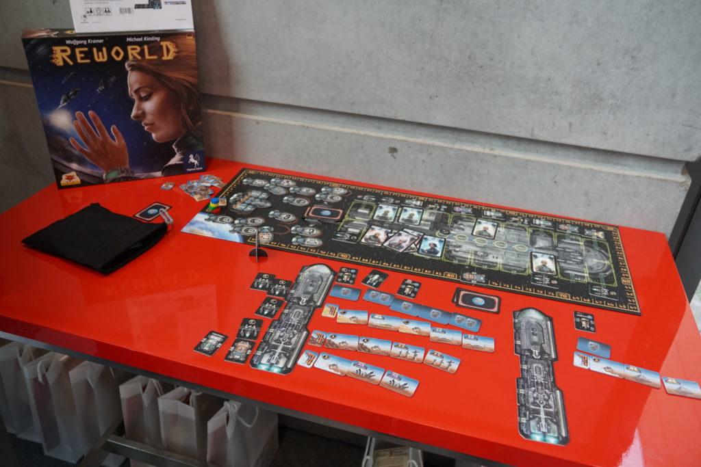 Reworld est un autre jeu de Kramer & Kiesling dont l'explication des règles nous a laissé de marbre: de l'acquisition de tuiles par un jeu de cartes un peu pauvre suivi d'une transformation de ces tuiles en tuiles de terraformation.