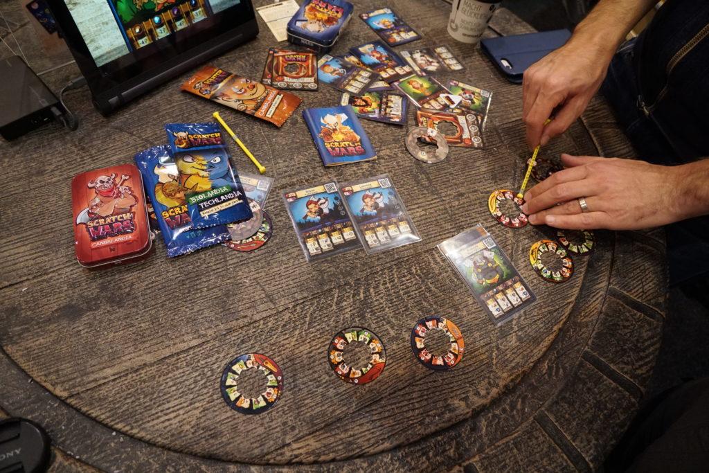 Scratch massive, un jeu de combat pour 2 joueurs où le dé de combat a été astucieusement remplacé par une roue qu'on fait tourner. Regarder plutôt la vidéo qui suit pour vous en rendre compte.