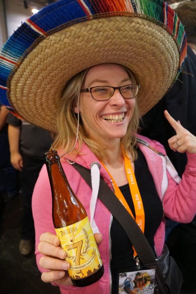 """Cindy, son beau chapeau et sa bière """"7 Wonders"""""""